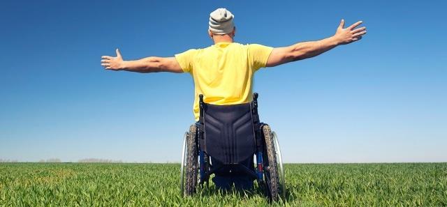 Personne heureuse en situation de handicap